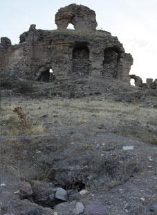 აღმოჩენა ბანას ტაძრის ეზოში