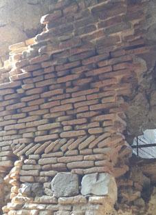 ნარიყალაზე კედლის ნაწილი ჩამოიშალა