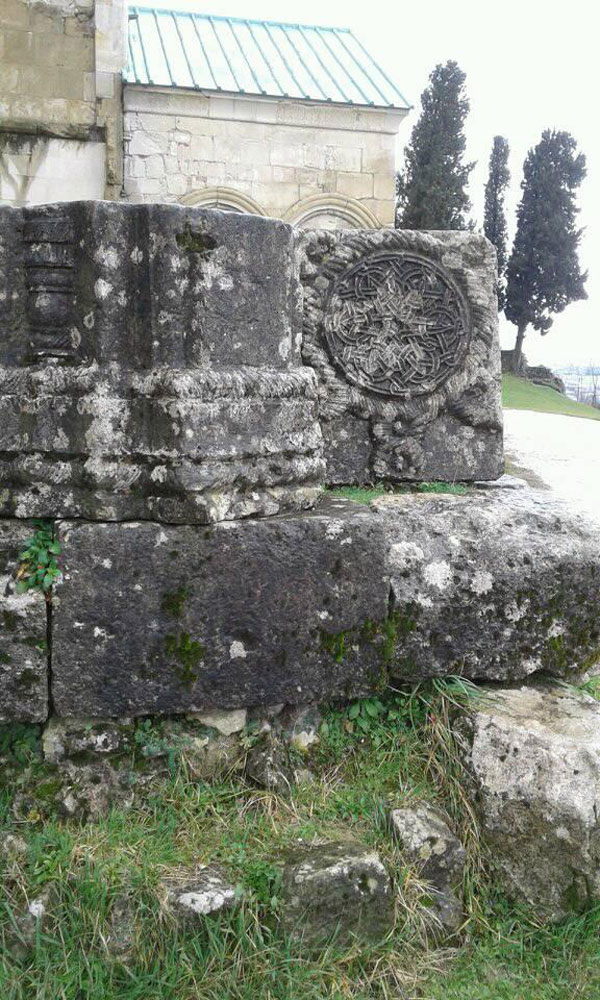 ბაგრატის ტაძრის ჩუქურთმები ნადგურდება