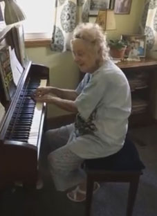 მოუსმინეთ 104 წლის პიანისტს