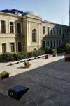 ლექტორი და სტუდენტები ეროვნული მუზეუმის შიდა ეზოდან გაყარეს