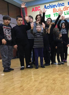 ნახეთ შეზღუდული შესაძლებლობების მქონე ბავშვების სახალისო ცეკვა