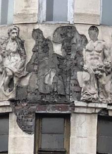 თბილისში ისტორიული შენობიდან სკულპტურები ცვივა