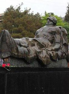 ვინ არის ვაკის პარკში დაკრძალული უცნობი ჯარისკაცი?