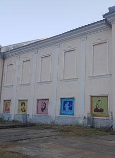 ქართველი მწერლების პორტრეტები ონის კულტურის სახლის კედელზე