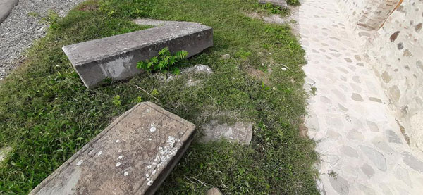 ბულდოზერით ახვეტილი და გადაყრილი საფლავის ქვები